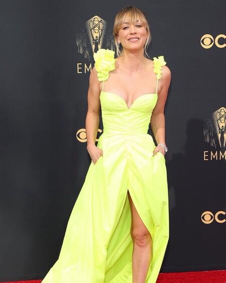 Premios Emmy 2021: Kaley Cuoco no es supersticiosa y su vestido amarillo (neón) nos lo demuestra