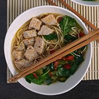 Sopa de fideos noodles al miso con atún y espinacas. Receta ligera y nutritiva