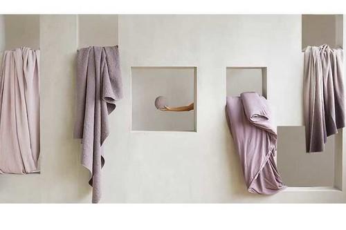Zara Home nos acerca su constante color malva en textiles, preciosos para poner bonito el hogar la próxima temporada