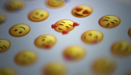 Si no te gustan los grupos para organizar tus contactos, prueba a hacerlo con emojis o etiquetas