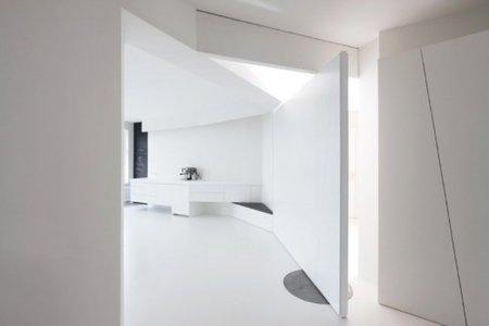 Puertas abiertas: un apartamento blanco y minimalista