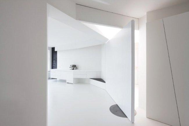 Apartamento blanco y minimalista.