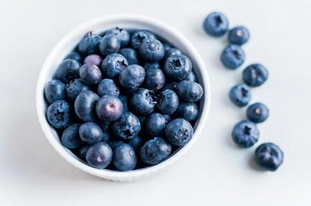Redescubre los arándanos en su temporada, el fruto del bosque más versátil: propiedades, usos y recetas para disfrutarlos