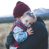 Abraza a tu hijo cada día: nueve beneficios de los abrazos para los niños