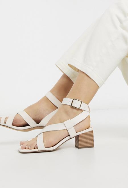 Sandalias Con Tacon Cuadrado Y Tira En El Dedo De Efecto Cuero En Blanco Hueso De New Look
