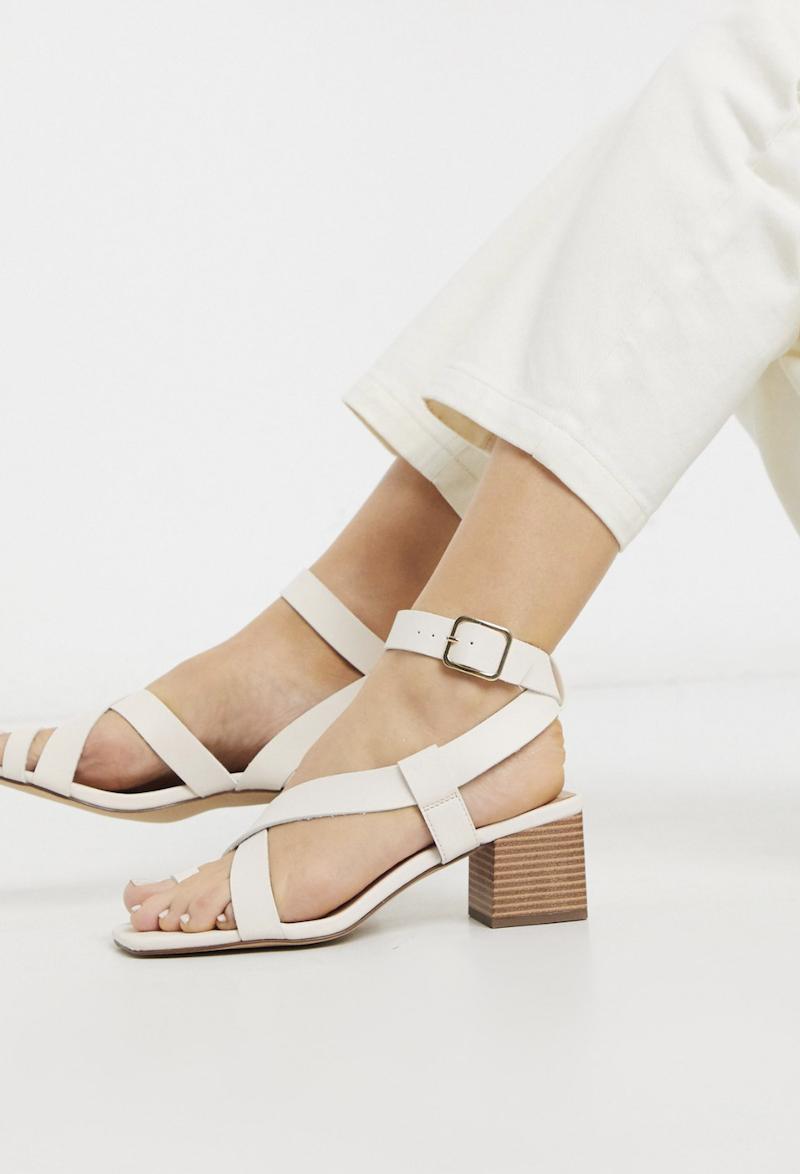 Sandalias con tacón cuadrado y tira en el dedo de efecto cuero en blanco hueso de New Look