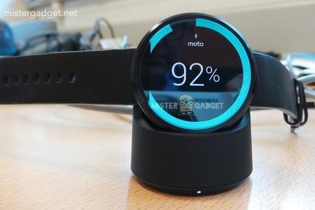 El Moto 360 ahora nos presume su estación de carga inalámbrica, y diversos detalles técnicos