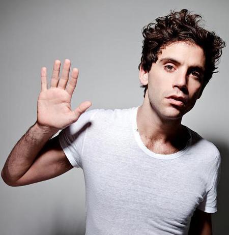 Mika celebra su regreso musical con los mismos rizos y el mismo estilo