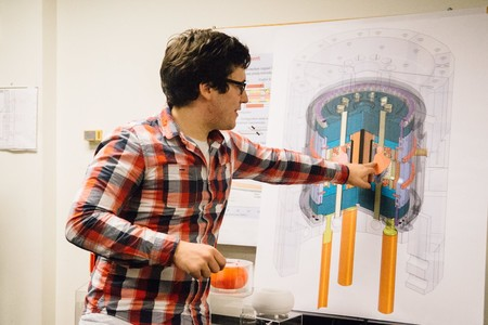 Pablo Rodríguez, explicando cómo funciona un reactor