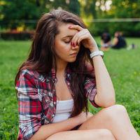 Sentirse solo estando acompañado: cómo combatir la soledad emocional que afecta a los adolescentes
