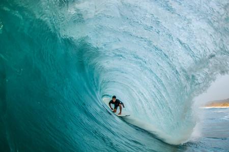 Si este verano vas a practicar surf, prepárate en el gimnasio con esta rutina