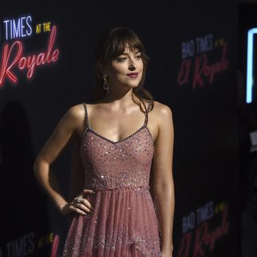 Dakota Johnson vuelve a conseguir impresionarnos, esta vez con el vestido rosa que todas querrán