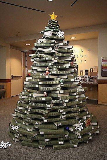 Un árbol de Navidad hecho con libros