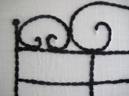 Un detalle del cabecero bordado.