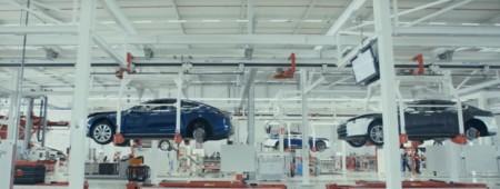 Visita rápida a la cadena de montaje de Tesla gracias a estos dos vídeos