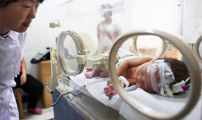 El bebé chino rescatado de una tubería se cayó por el agujero del váter durante el parto, dice la madre