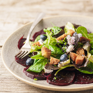 Ensalada de remolacha, queso de cabra y arándanos: la ensalada morada que te sorprenderá