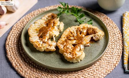 Receta de filetes de coliflor al horno con salsa chimichurri, para comer sano sin comprometer el sabor (con vídeo incluido)