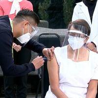 Comienza la vacunación contra Covid-19 en México: María Irene Ramírez, jefa de enfermeras, es la primera persona que recibe la vacuna