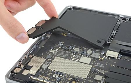 Más batería y almacenamiento soldado en placa: iFixit abre el nuevo modelo base del MacBook Pro
