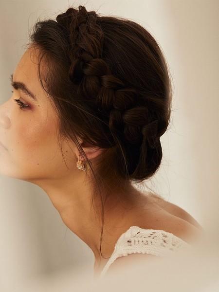 Stradivarius nos propone un maquillaje (y un peinado) perfecto para los días más especiales tras el confinamiento