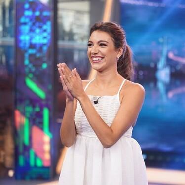 El vestido blanco de Ana Guerra en El Hormiguero es ideal si eres bajita y quieres aparentar centímetros de más