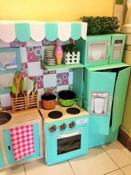 La impresionante cocina infantil que una madre hizo con for Cajas de carton infantiles
