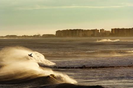 """""""No hay dos olas iguales, por lo que el escenario es variable"""", Víctor González, fotógrafo de surf y de viajes"""