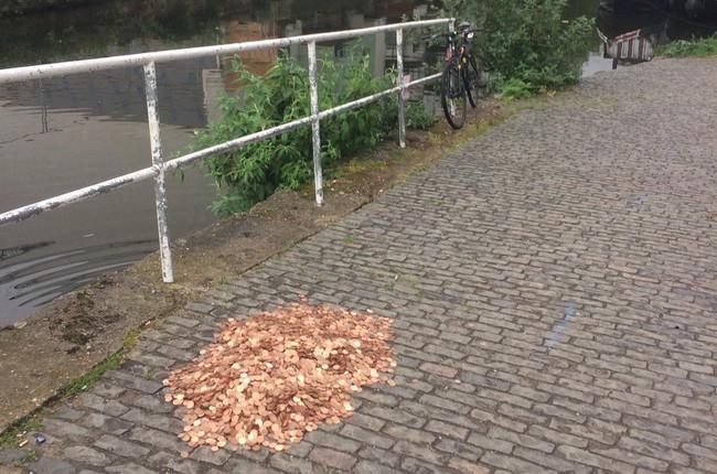 Esto es lo que pasa cuando alguien decide dejar en plena calle 15.000 monedas y tuitear el resultado en directo