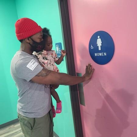 """""""Yo llevo a mi hija al baño de mujeres"""": la publicación viral de un padre que explica sus razones tras esta decisión"""