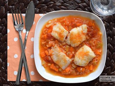 Bacalao en salsa de tomate, puerro y zanahoria. Receta saludable