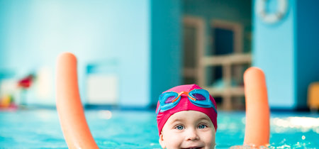 Un padre de Sevilla inventa un gorro acuático que avisa en caso de ahogamiento y saca a flote al niño