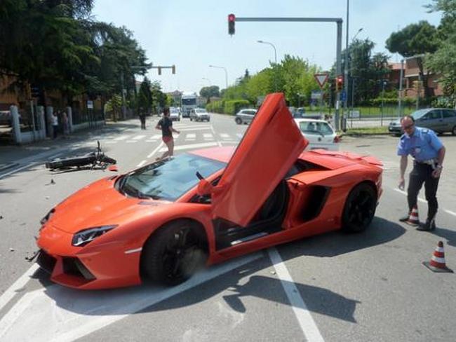 Lamborghini Aventador choca con una moto