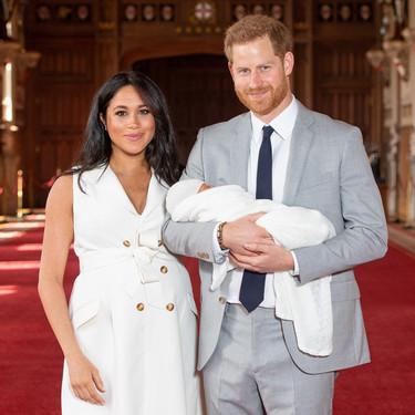 Meghan Markle y el Príncipe Harry posan por primera vez junto a su hijo