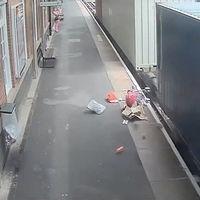 Un tren despedaza un cochecito de bebé para alertar a los padres del peligro en los andenes