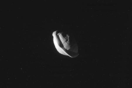 Estas increíbles fotografías de Pan, la segunda luna de Saturno, muestran con total claridad que... tiene forma de bocadillo