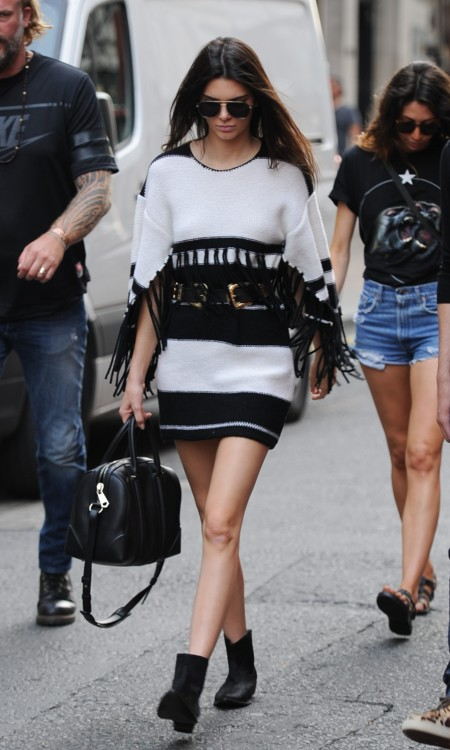 Kendall Jenner Look Calle Blanco Negro Street Style 2