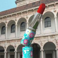 El monumento a la barra de labios de Alessandro Mendini para Deborah en el Fuorisalone 2015