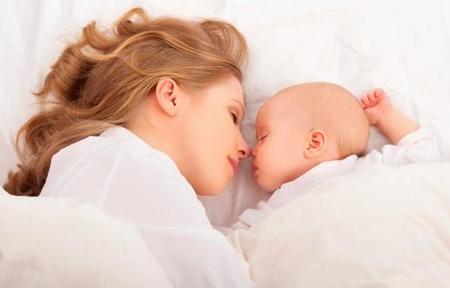 Bebés durmiendo con sus padres