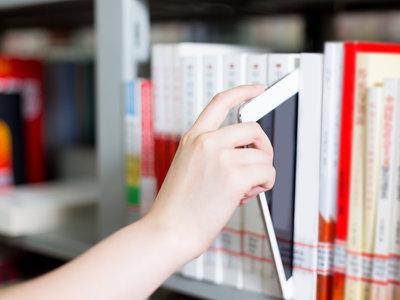 Los estudiantes aprenden mucho más efectivamente de los libros impresos que de pantallas, aunque ellos creen lo contrario