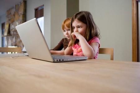 niños viendo Internet