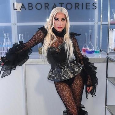 Lady Gaga se convierte en una vampiresa sexy para presentar su firma de maquillaje