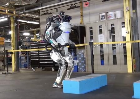 El asombroso robot 'Atlas' de Boston Dynamics aprende a saltar y ahora es más aterrador (y espectacular) que antes
