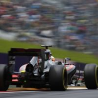 McLaren sigue sin descartar un podium en 2015