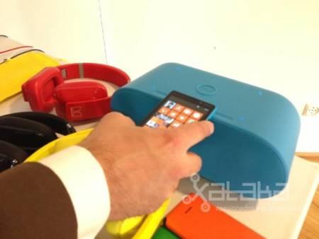 Altavoz con NFC y carga inalámbrica