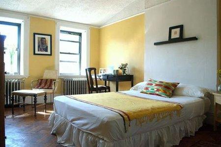 Dormitorio armonioso en amarillo y blanco