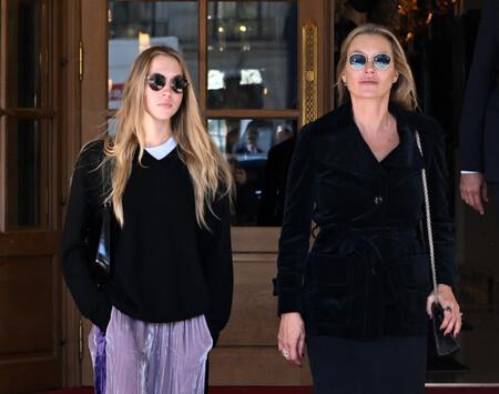 Los looks de Lila y Kate Moss en París que nos han dejado con ganas locas de comprar un chándal de terciopelo