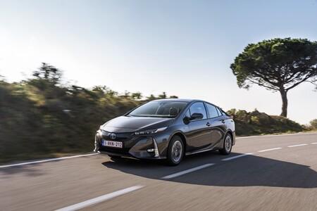 Nuevo Toyota Prius Plug-In: un híbrido enchufable con paneles solares y 45 km de autonomía que llega a España, desde 33.900 euros
