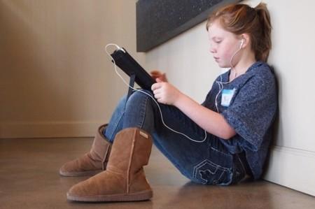 Niña con iPad