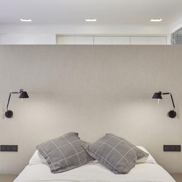 Una vivienda atrevida y contemporánea que apuesta por el negro en los detalles